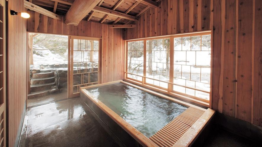 【山の湯 石湯内湯】化粧水のようなとろっとした湯触りの湯ご宿泊者の方は、無料で貸切風呂が利用可。