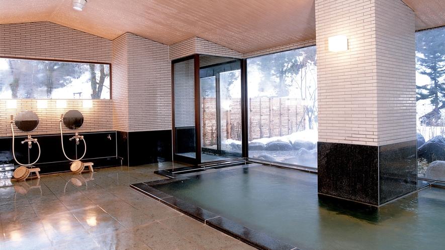 【殿方大浴場・真木の湯】湯上がり後も持続する保湿効果が特徴。