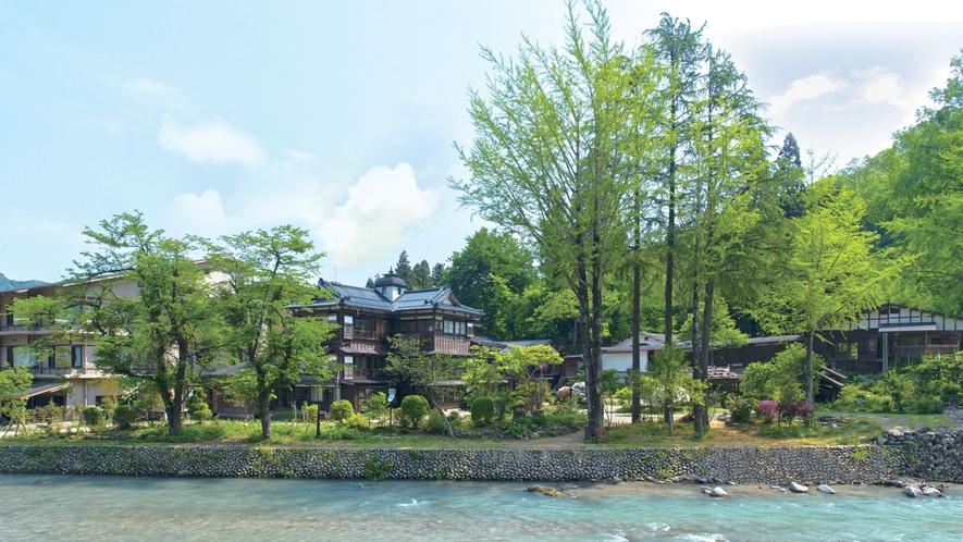 【外観】昭和初期・駅前料亭を移築した木造3階建ての本館