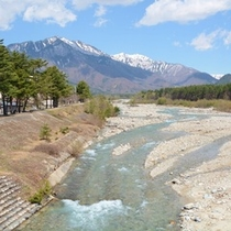 ホテル向かいに流れる鹿島川。お部屋までせせらぎが届きます。