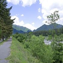 ゆっくり川沿いを歩いて、大自然のきれいな空気を吸いませんか。