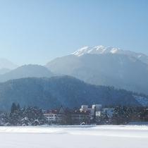 雪景の中に佇む黒部観光ホテル