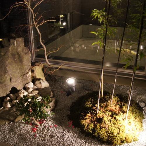 露天風呂より日本庭園を眺める