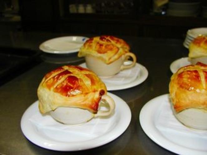 オニオンスープのパイ包み焼き