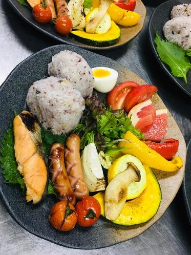 おにぎりと焼き野菜の朝食