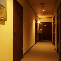 【館内の様子】スッキリとした客室廊下