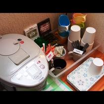 【館内の様子】コーヒーとお茶の無料サービス!
