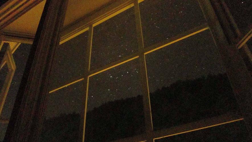・満点の星が見える窓辺