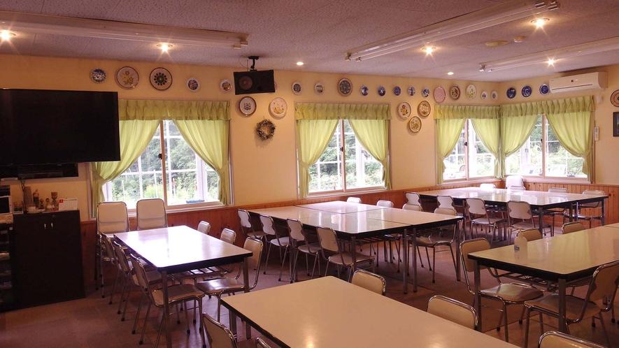 ・広い食堂でゆったりとお食事を