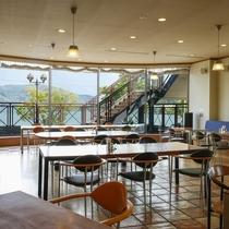 美しい舞鶴湾を望みながらお食事を楽しめる