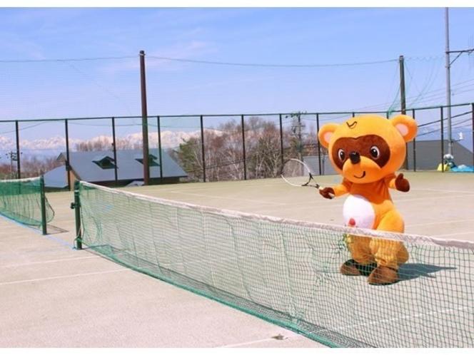 標高1500mにあるテニスコートは全面オムニ