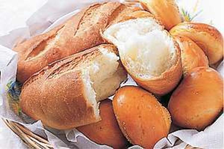 朝食はフワフワ焼きたてパンを