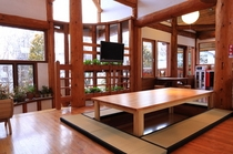 【新館ログホテル】キッチンのほりごたつ式テーブル