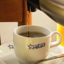 ★当館のロゴ入りのマグカップでコーヒーをお楽しみください。