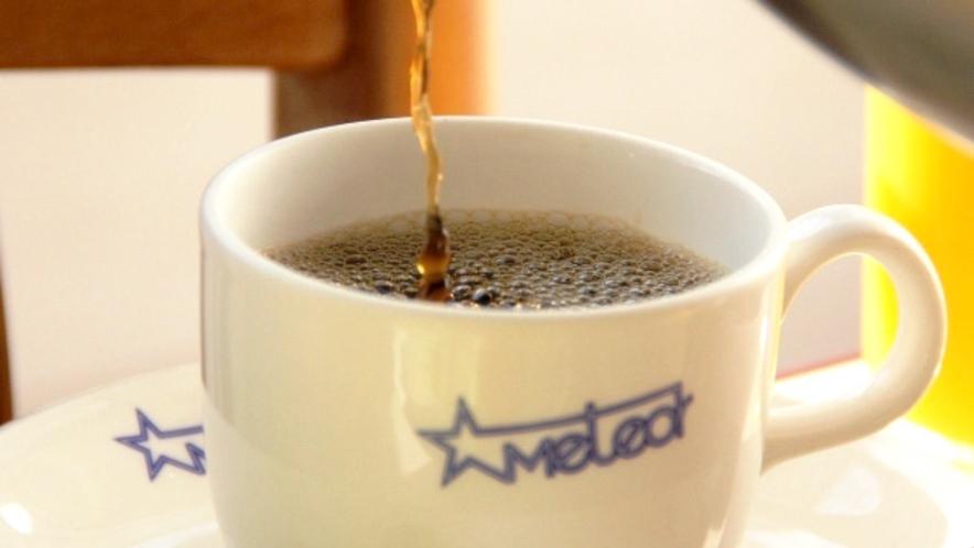 当館のロゴ入りのマグカップでコーヒーをお楽しみください。