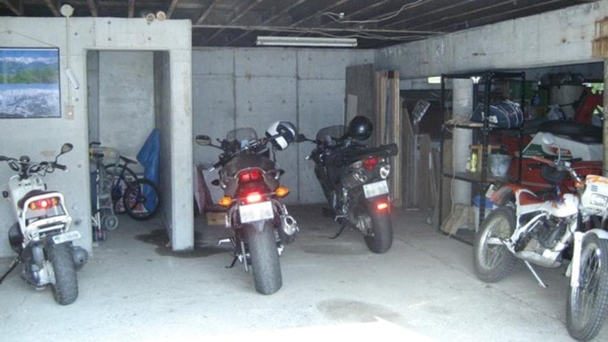 【車庫】ミーティアのガレージには10台ほど収容可。雨でも保管は大丈夫