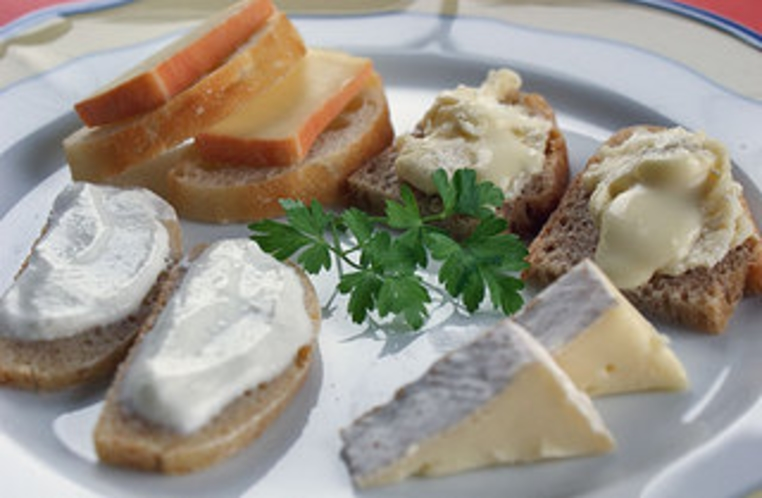 酵母パンと牧場のチーズ どちらも自然発酵の風味豊か