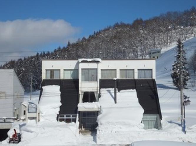 冬の外観 ジャンプ台の形。裏は本物のジャンプ台、「前山シャンツェ」