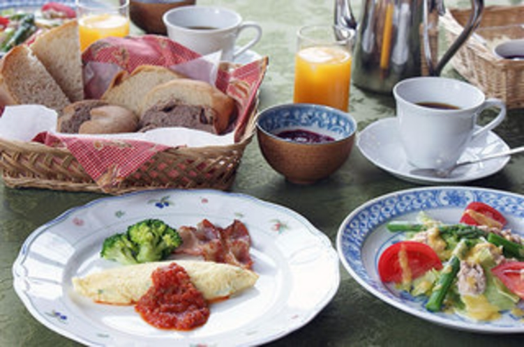 朝食 地鶏の卵料理 自家製ヨーグルトに手作りジャム 酵母パンとオーガニックコーヒーはお変わり自由です