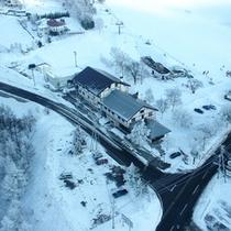 *【外観(冬)】標高1300メートルに位置し、スキー場が隣接します。