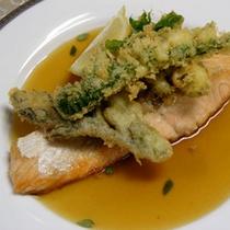 魚料理の一例 鮭のムニエルと山菜の洋風てんぷら