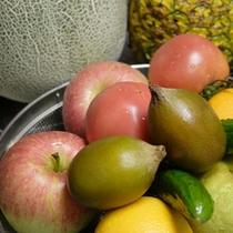朝食用の野菜とフルーツ