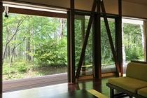 コテージの窓から見える林
