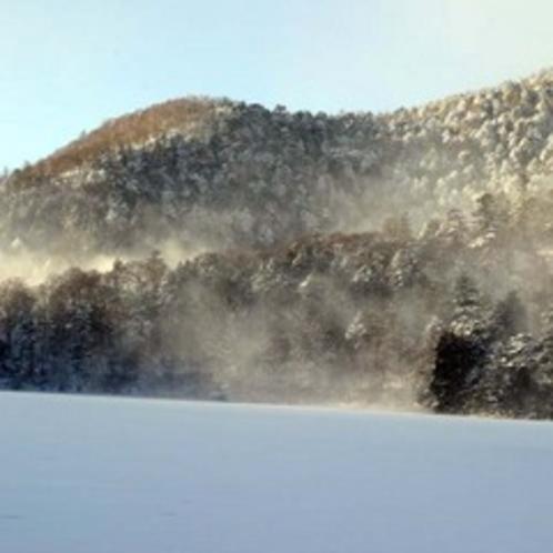 吹雪後。凍った湯ノ湖。