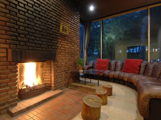 冬には暖炉の周りにお客様が集まります。