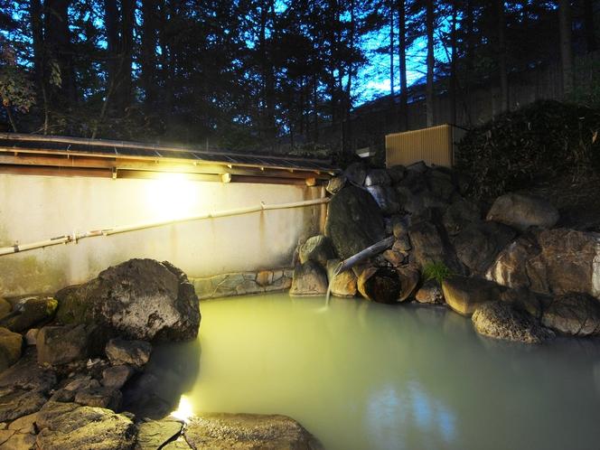 季節や時間によって色が変わる露天風呂