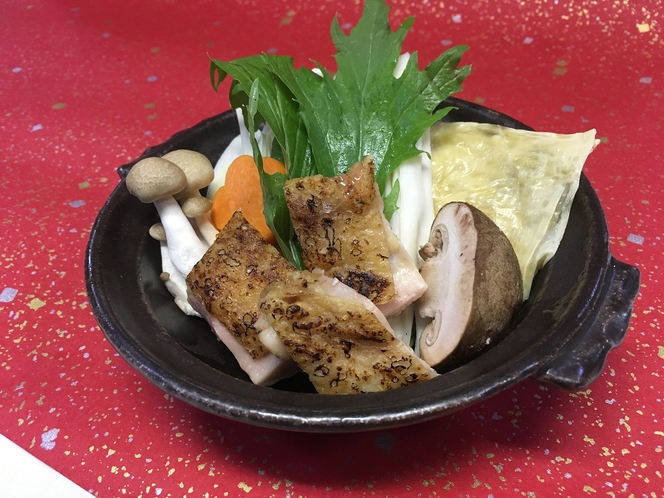 香ばしく焼いた鶏肉を使った珍しい「鶏鍋」