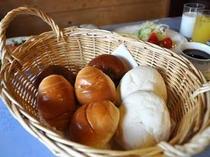 朝食のパンは数種類から選べます♪(お替りOK)