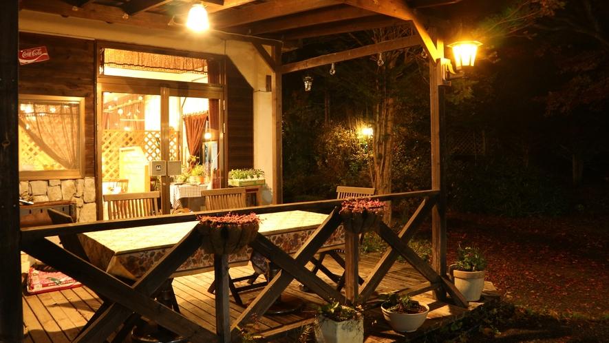 *[食堂テラス]ライトアップするので食後の夕涼みにも最適