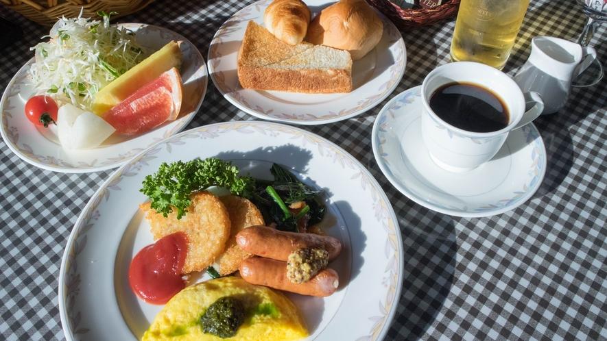 *[朝食一例]自家製バジルソースがかかったオムレツにはチーズや野菜が入ってて栄養満点!