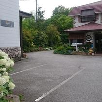 *[ガーデン]特に4~5月頃は多くの花々が咲き、当館を彩ります