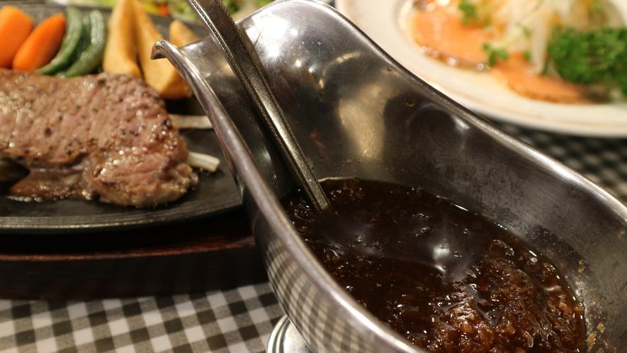 *[夕食一例]特製ステーキには相性抜群なオニオンソースで!