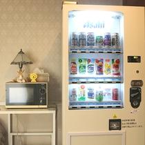 *[本館・1階ロビー]清涼飲料水&アルコール類の自動販売機がございます