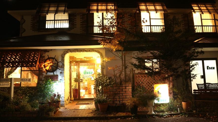 *[本館/外観(夜)]一期一会を大切に♪オーナー夫妻やお客様同士で楽しい夜を
