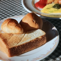*[朝食一例]種類豊富♪あつあつの焼きたてパンをどうぞ