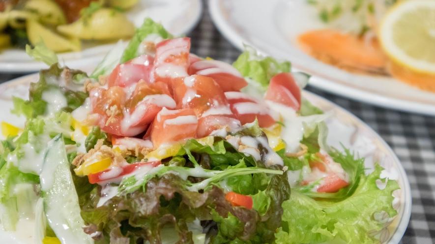*[夕食一例]高原野菜は自家栽培のハーブを取り入れた新鮮サラダ