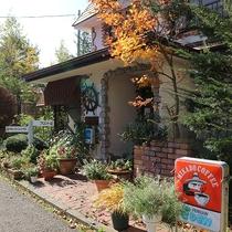 *[本館/外観入口]オーナー夫人が丹精込めて育てた草花が皆様をお出迎え♪