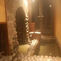 プレミアムプランで、この「ぬる湯洞窟風呂」にアウトまで無制限に入り放題!