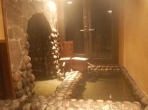 <Dタイプ客室に付いている「半露天・ぬる湯洞窟風呂」>