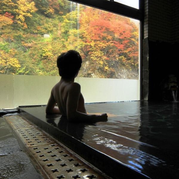 ☆内湯からのぞく一面に広がる紅葉
