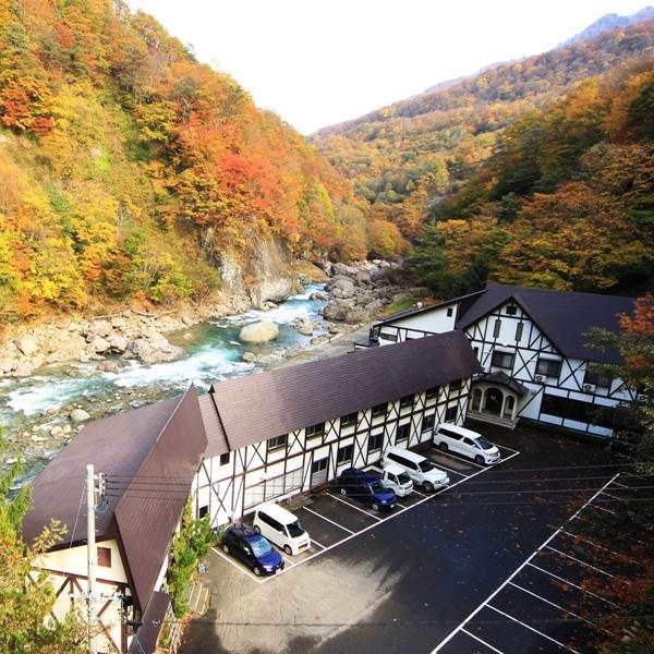 ☆紅葉と切明リバーサイドハウス 川側のお部屋からは目の前いっぱいに紅葉が楽しめます。