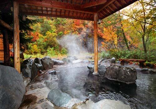紅葉の中の露天風呂