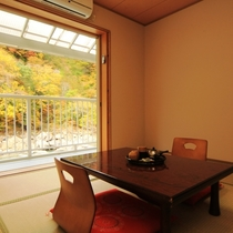 ☆7畳のお部屋 秋には窓の外いっぱいに紅葉が広がります