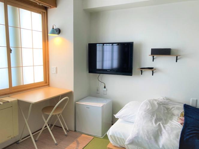 306 和洋室のデスク・冷蔵庫