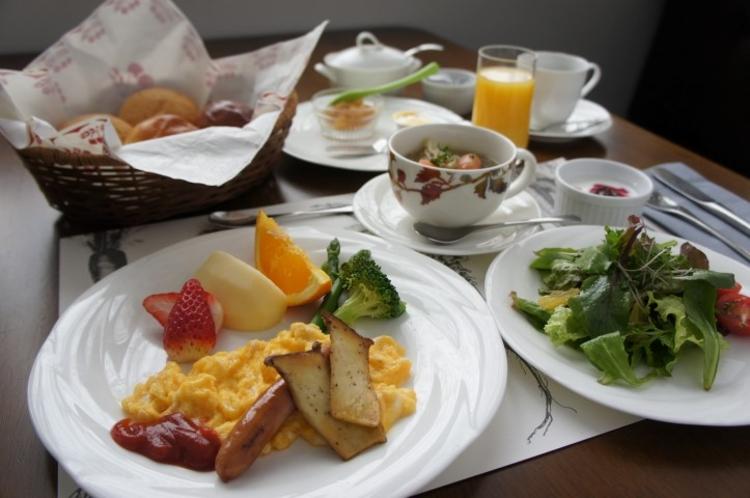 地場産野菜を中心とした朝食。手作りジャム、パンと一緒にどうぞ。