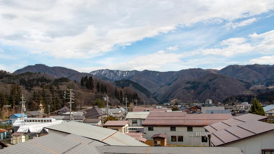 *眺望(本館和室側):東側の窓からものどかな風景と山々をご覧いただけます。